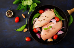 Surowego kurczaka polędwicowy przygotowany dla piec w niecce zdjęcia stock