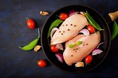 Surowego kurczaka polędwicowy przygotowany dla piec w niecce zdjęcia royalty free