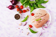 Surowego kurczaka polędwicowy przygotowany dla piec w talerzu obrazy royalty free