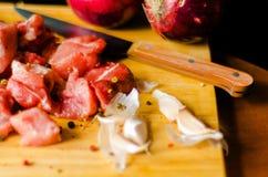 Surowego mięsa cięcie w kawałki, wieprzowina przygotowywał dla gotować, czerwony mięso Fotografia Stock