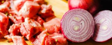Surowego mięsa cięcie w kawałki, wieprzowina przygotowywał dla gotować, czerwony mięso Obraz Royalty Free