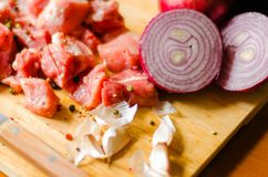 Surowego mięsa cięcie w kawałki, wieprzowina przygotowywał dla gotować, czerwony mięso Obraz Stock