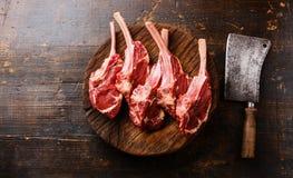 Surowego mięsa cielęciny ziobro na masarki cleaver i bloku Obraz Stock