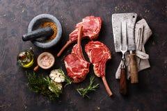 Surowego mięsa cielęciny ziobro z składnikami i kuchni naczyniami fotografia stock