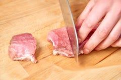 Surowego mięsa plasterki cutted z nożem na drewnianej desce Zdjęcie Royalty Free