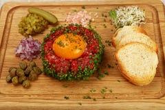 Surowego mięsa tartare stek z jajecznego yolk zakończeniem up obraz stock