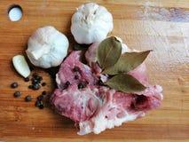 Surowego mięsa, czosnku, pieprzowego i Podpalanego liść, zdjęcia royalty free