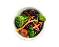 Surowego warzywa sałatka w pucharze zdjęcia stock