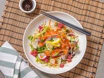 Surowej ryba sałatka z łososiem, tuńczykiem i japończyka opatrunkiem, Zdjęcia Stock