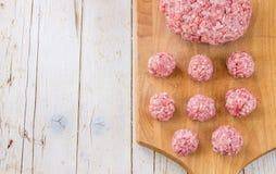 Surowej zmielonej wołowiny stku mięśni cutlets z ziele i pikantność na whit Zdjęcia Stock