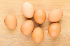 Surowi brown kurczaków jajka na pokładzie, odgórny widok Zdjęcia Stock