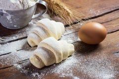 Surowi croissants przygotowywający dla piec Fotografia Stock