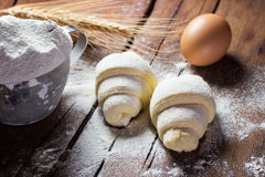 Surowi croissants przygotowywający dla piec Obrazy Royalty Free