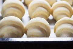 Surowi croissants przygotowywający dla piec Obrazy Stock