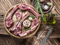 Surowi jagnięcy kotleciki z czosnkiem i ziele fotografia stock