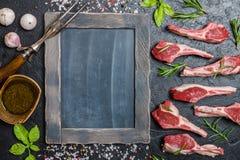 Surowi jagnięcy kotleciki z solą, pieprz, rozmaryn Zdjęcia Stock
