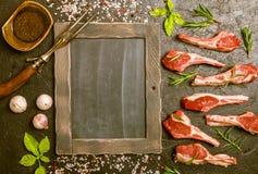 Surowi jagnięcy kotleciki z solą, pieprz, rozmaryn Obrazy Stock