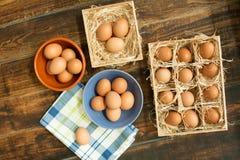 Surowi jajka na błękitnej pielusze zdjęcie royalty free