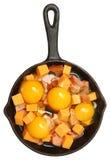 Surowi jajka, ser i kiełbasa w obsady żelaza rynience, obrazy stock