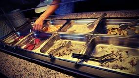 surowi jedzenia i garneli skewers w samoobsługowej restauraci zdjęcie stock