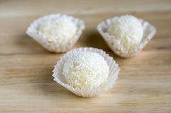 Surowi kokosowi piłek, smakowitych, wyśmienicie i domowej roboty Raffaello cukierki, zdjęcie stock