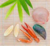 Surowi królowa przegrzebki, mussel i krabów pazury z cytryna plasterkiem na b, Fotografia Stock