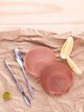 Surowi królowa przegrzebki z cytryną pokrajać, rozwidlenie i łyżka przygotowywa fo Fotografia Stock
