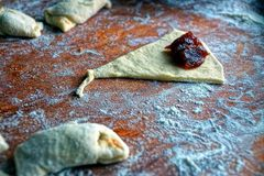 Surowi kulebiaki z dżemem w mące na desce Fotografia Royalty Free