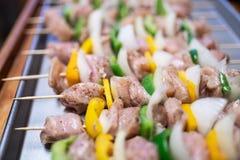 Surowi kurczaka kebabu skewers z dzwonkowymi pieprzami obrazy royalty free