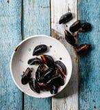 Surowi Mussels milczkowie w rocznika ceramicznym colander Obraz Royalty Free