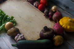 Surowi organicznie świezi warzywa i drewniana deska w wieśniaku projektują Żniwo czas, kolorowi warzywa, zdrowy styl życia Zdjęcia Royalty Free