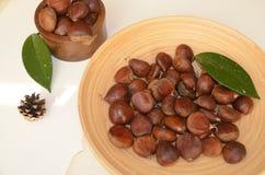 Surowi Organicznie Brown kasztany w pucharze Zdjęcie Stock