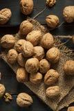 Surowi Organicznie Cali orzechy włoscy Fotografia Stock