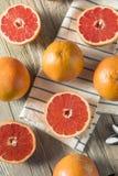 Surowi Organicznie Rubinowi Czerwoni Grapefruits zdjęcie stock