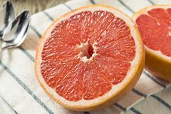 Surowi Organicznie Rubinowi Czerwoni Grapefruits zdjęcia stock
