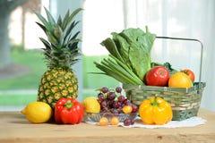 Surowi owoc i warzywo na stole Zdjęcie Stock