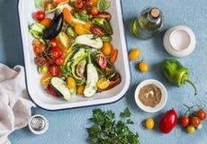 Surowi składniki dla lunchu - świezi siekający warzywa w niecce na błękitnym tle, odgórny widok zdjęcie royalty free