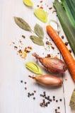 Surowi warzywa, pikantność i seasonings dla polewki na biały drewnianym, Obrazy Royalty Free