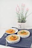 Surowi weganin krwionośnej pomarańcze tartlets Obrazy Royalty Free
