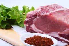 Surowi wieprzowina kotleciki z ziele i pikantność na tnącej desce Przygotowywający dla gotować zdjęcie royalty free