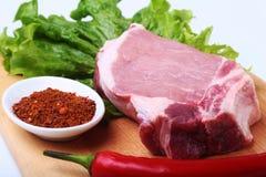 Surowi wieprzowina kotleciki z ziele i pikantność na tnącej desce Przygotowywający dla gotować fotografia stock