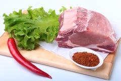 Surowi wieprzowina kotleciki z ziele i pikantność na tnącej desce Przygotowywający dla gotować Obraz Stock
