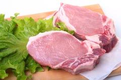 Surowi wieprzowina kotleciki z ziele i pikantność na tnącej desce Przygotowywający dla gotować Fotografia Royalty Free