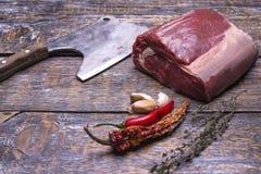 Surowi wołowina stki, przygotowywający dla piec, pieprzą, one rozrastają się, czosnek, tym, ax dla siekacza mięso na drewnianym t Zdjęcia Royalty Free