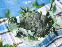 Surowi zieleni świezi brokuły jarzynowi na pielusze Obraz Stock