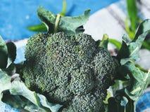 Surowi zieleni świezi brokuły jarzynowi na pielusze Obrazy Stock