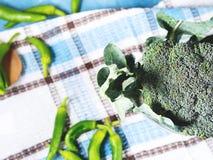 Surowi zieleni świezi brokuły jarzynowi na pielusze Fotografia Stock