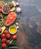Surowy łosoś z pikantność i warzywa na graficie wsiadamy zdjęcia royalty free