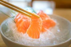 Surowy łososiowy plasterka lub łososia sashimi w Japońskiego stylu świeżym serw na lodzie w pucharze obraz stock