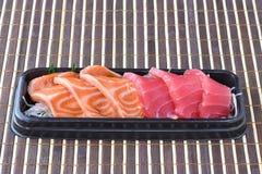 Surowy łosoś i surowy tuńczyka sashimi plasterek w Japońskim jedzeniu projektujemy Fotografia Stock